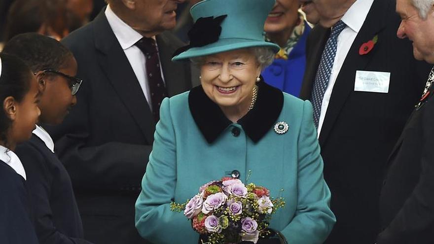 Isabel II invitará a Trump a visitar el Reino Unido en 2017, según la prensa