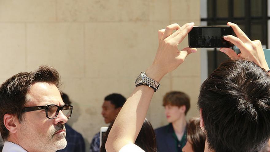 Una persona haciéndose un selfie