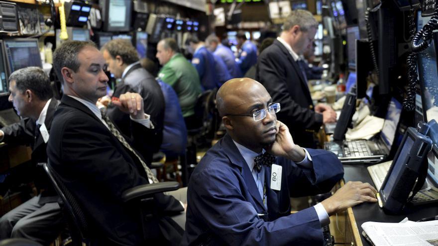 Wall Street modera los descensos y cede el 0,07 por ciento a media sesión