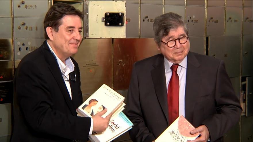 Luis García Montero y Alfredo Bryce Echenique junto a la caja 1216 | INSTITUTO CERVANTES