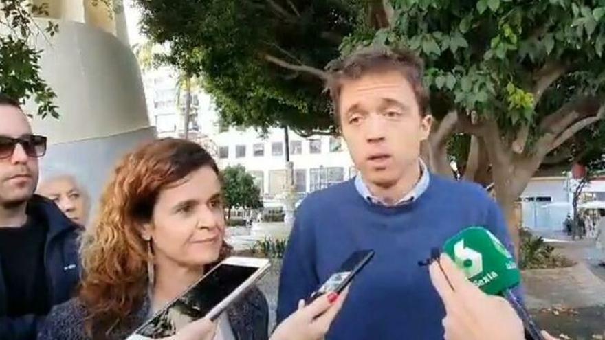 Íñigo Errejón, candidato de Más País, junto a la número uno por Sevilla, Esperanza Gómez.