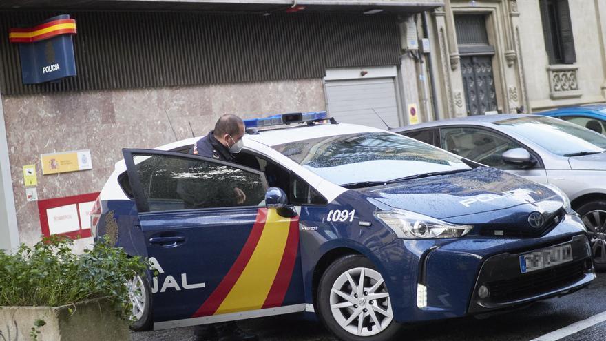 Archivo - Un agente de la Policía Nacional se introduce en un vehículo aparcado en Pamplona, Navarra (España), a 13 de octubre de 2020