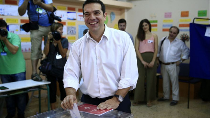 El líder de Syriza, Alexis Tsipras, vota en un colegio electoral de Atenas este domingo. / Lefteris Pitarakis - AP Photo.