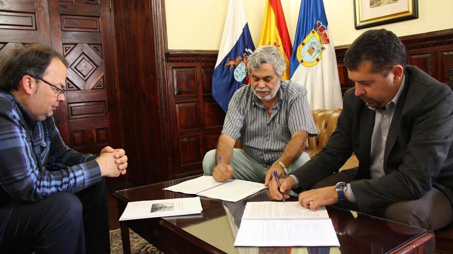 Firma del acuerdo con el Teatro Cine Chico para la emisión de publicidad institucional.