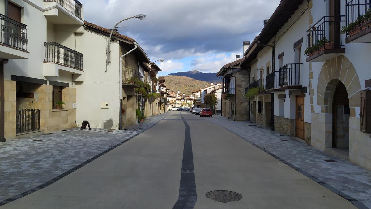 Una calle de Arbizu vacía tras el cierre perimetral de Navarra decretado en octubre