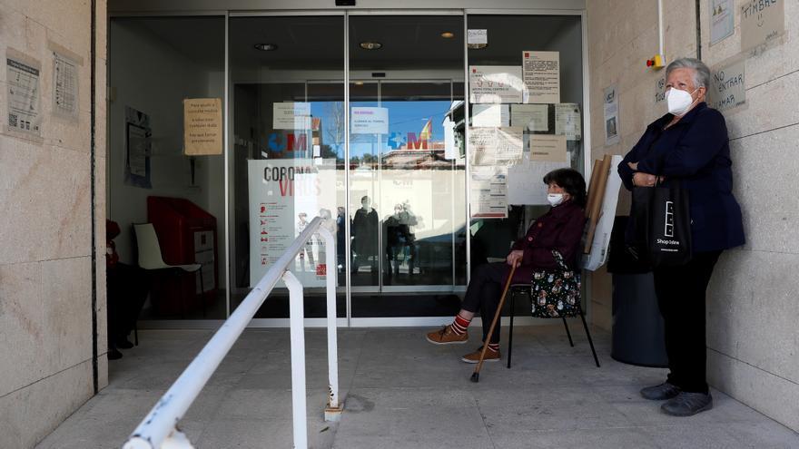Dos personas aguardan a las puertas del centro de salud en la localidad madrileña de Morata de Tajuña. EFE/Mariscal/Archivo