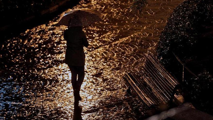 Prosigue la búsqueda de la joven arrastrada por el agua en Barcelona