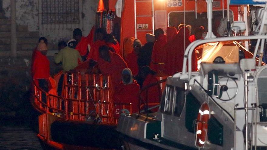 Rescatan a dos inmigrantes que pretendían cruzar Estrecho en casco de barco