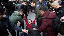 La Policía dispersa una marcha de mujeres que cantaban 'Un violador en tu camino' en Estambul por considerar la letra inaceptable