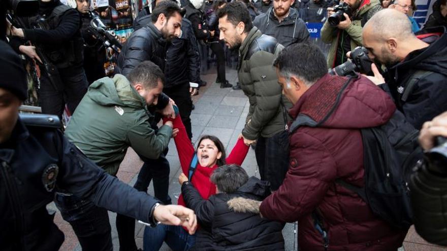 """La Policía dispersa una marcha de mujeres que cantaba """"Un violador en tu camino"""" en Estambul"""