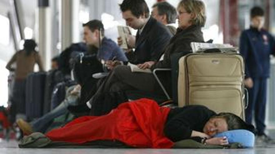 Gente esperando en el aeropuerto de Heathrow