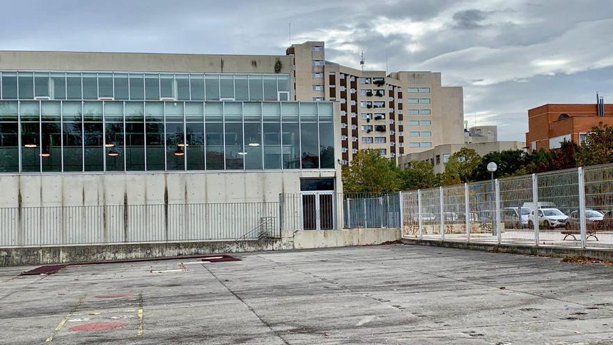 Un centro escolar vacío ubicado junto a la sede central del Gobierno vasco
