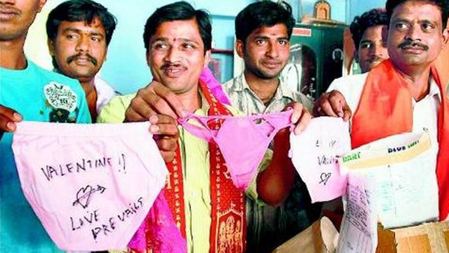 Miembros del grupo Sri Ram Sena reciben sus regalos de San Valentín