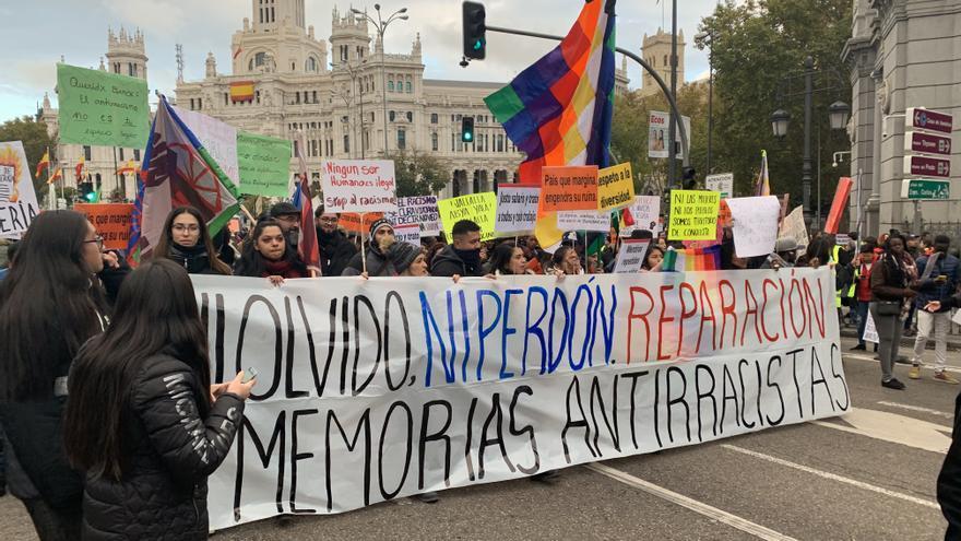 Cientos de personas acuden a la manifestación antirracista en Madrid.