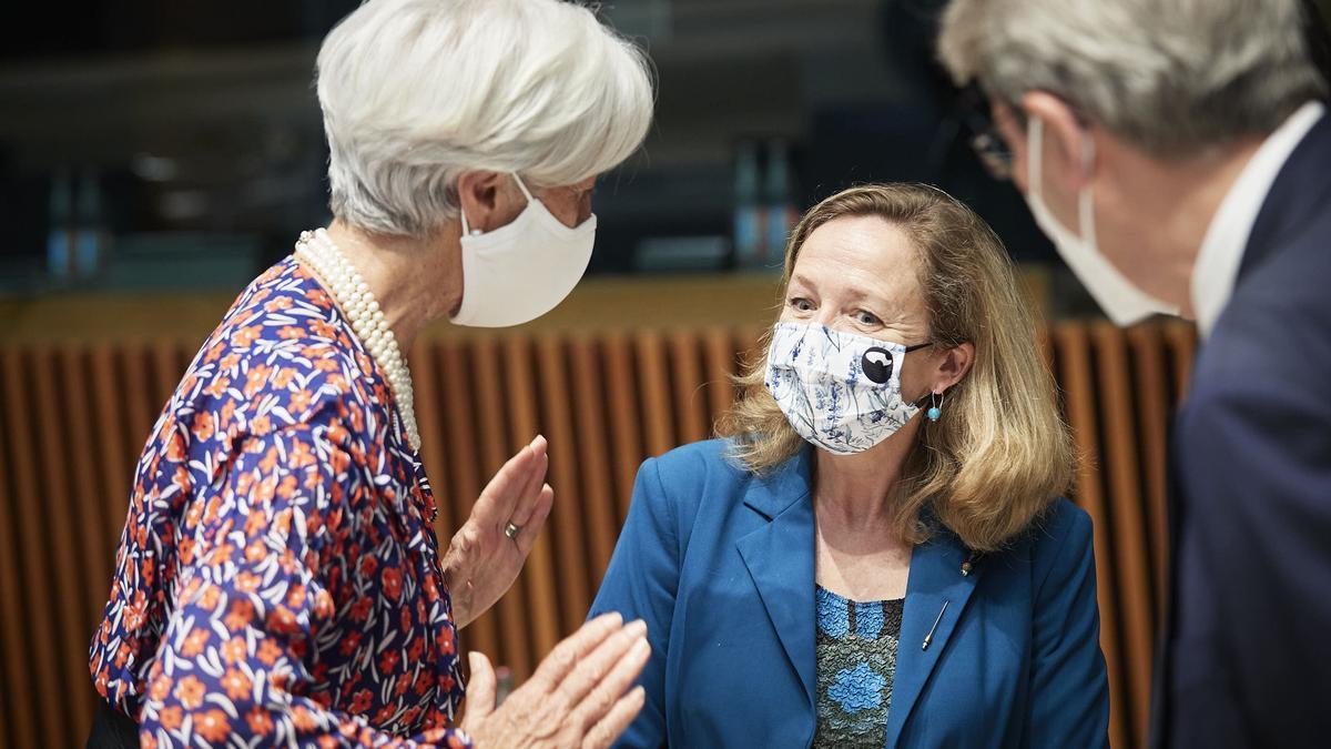 La presidenta del BCE, Christine Lagarde; la vicepresidenta económica española, Nadia Calviño; y el comisario europeo de Finanzas, Paolo Gentiloni, en el Eurogrupo del 17 de junio de 2021.