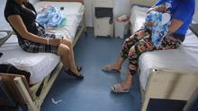 Imagen de archivo de dos mujeres en un hospital