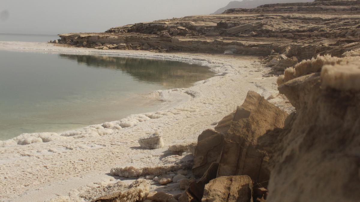 Orillas del Mar Muerto, con los restos de sal acumulad