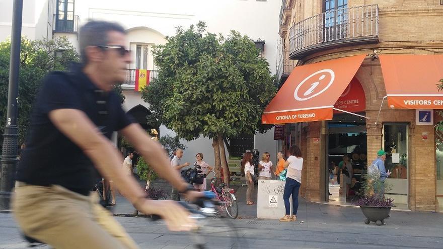 CCOO ocupa la Oficina de Turismo de Sevilla contra la precariedad laboral en el sector hostelero