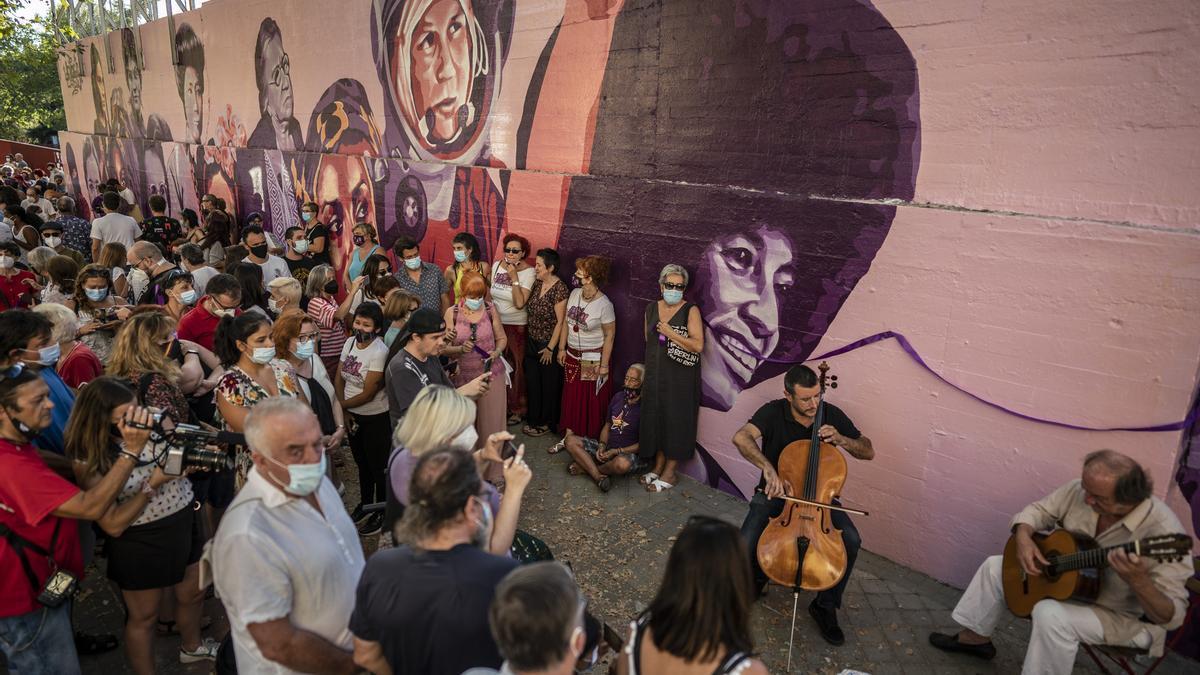 Decenas de vecinas en la rehabilitación del mural feminista de Ciudad Lineal