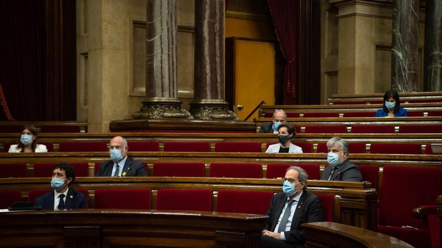 (I-D, primera y segunda fila) El conseller de Políticas Digitales y Administraciones Públicas de Cataluña, Jordi Puigneró; el diputado de JxCat Eduard Pujol; el presidente de la Generalitat, Quim Torra; y el líder de JxCat en el Parlament, Albert Batet, d
