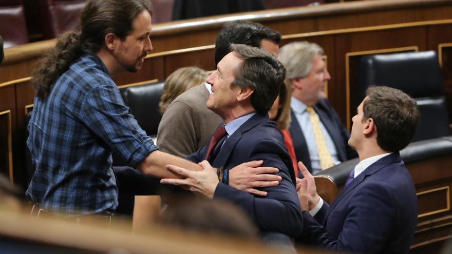 Pablo Iglesias y Rafael Hernando discuten tras el debate de investidura y antes de la votación.