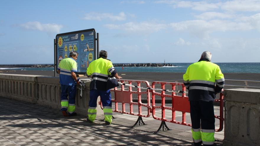 Los operarios municipales han colocado vallas en los accesos a la playa.
