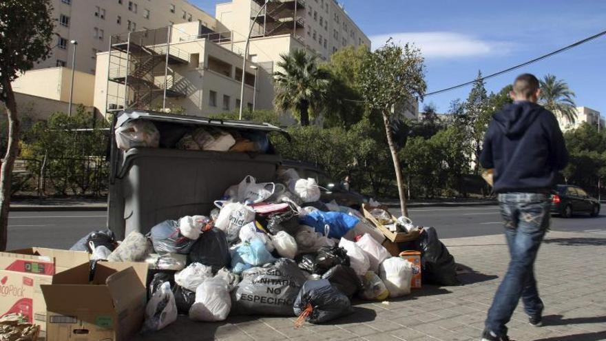 Alicante retira la basura acumulada en la huelga por problemas de salubridad