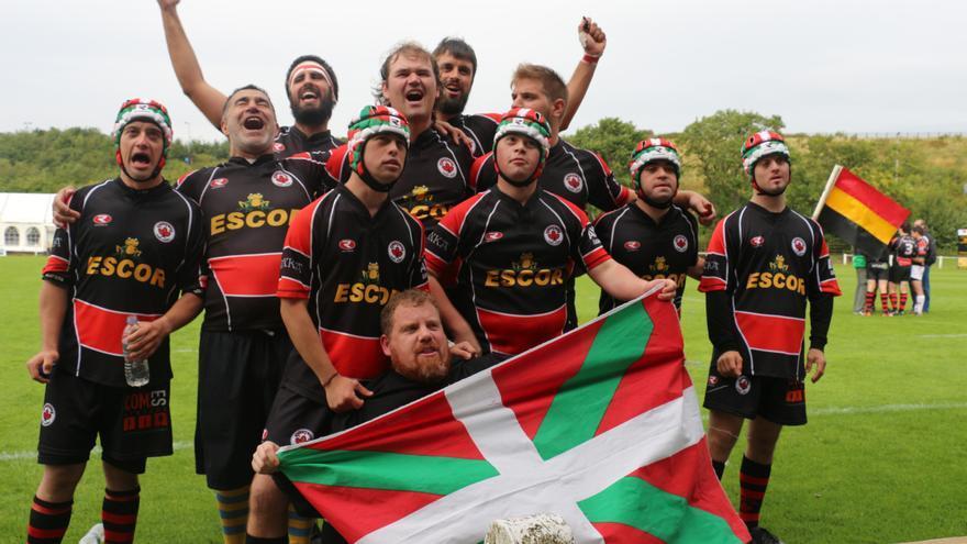 Los campeones del Gaztedi Rugby Taldea celebran una victoria en el campo de juego.