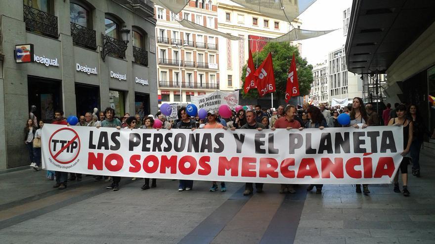 La primera columna, denominada 'No a la deudocracia, al TTIP, al CETA y a los paraísos fiscales' avanza hacia la Puerta del Sol