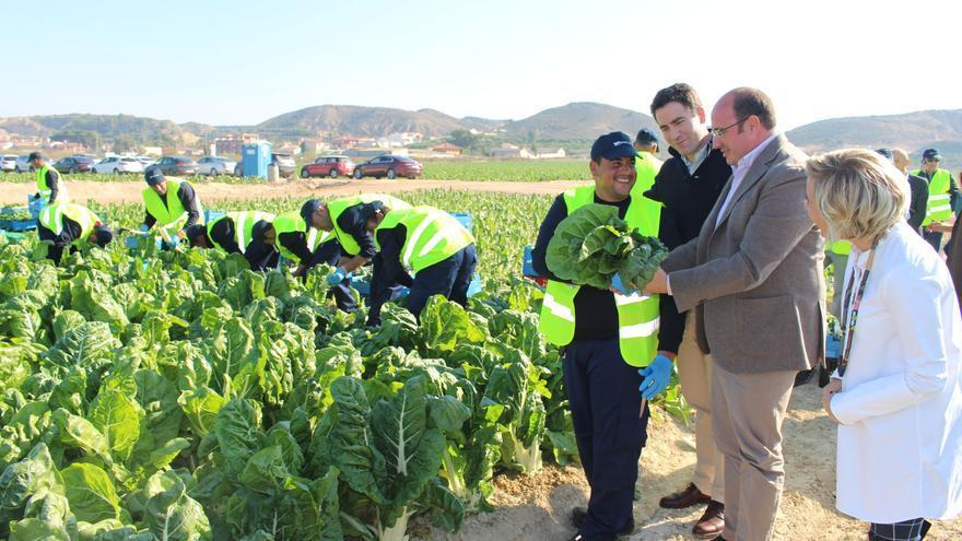 Pedro Antonio Sánchez y Teodoro García visitan una finca agraria en El Raal