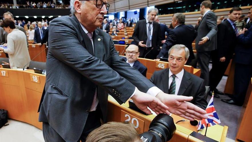 Juncker prohíbe a sus comisarios negociar en secreto con el Reino Unido
