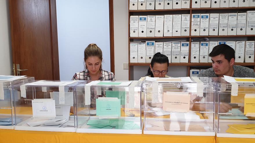 Una de as dos mesas de la Oficina Técnica del Ayuntamiento de Santa Cruz de La Palma.