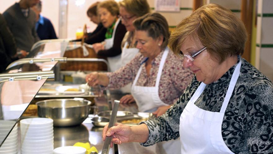 Voluntarios en la cocina económica de Santander.