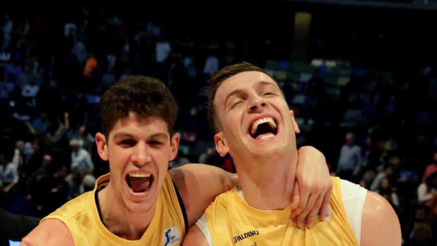 Los jugadores del Herbalife Gran Canaria Oriol Paulí (i) y Alen Omic celebran la victoria ante el Dominion Bilbao Basket por 81-71 tras el partido de la primera semifinal de la Copa del Rey en el Coliseo de A Coruña. EFE/lavandeira jr Crédito: EFE