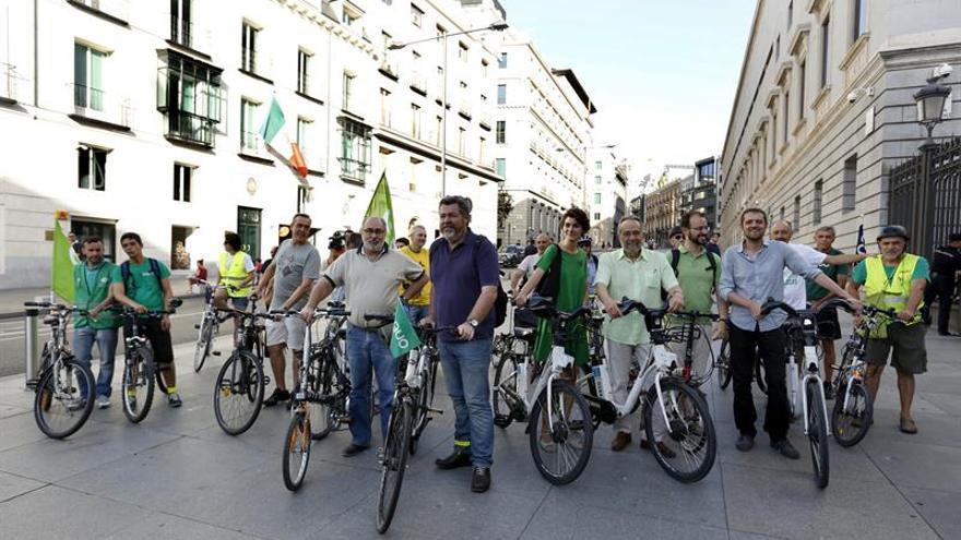 Diputados de Equo llegan en bici al Congreso en defensa de la política verde