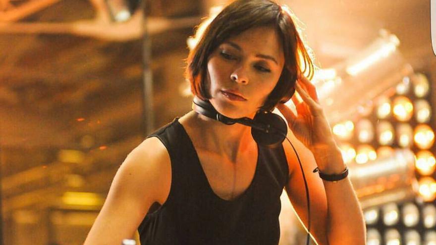 La artista Nina Kraviz, en el cartel de la muestra de Adeje