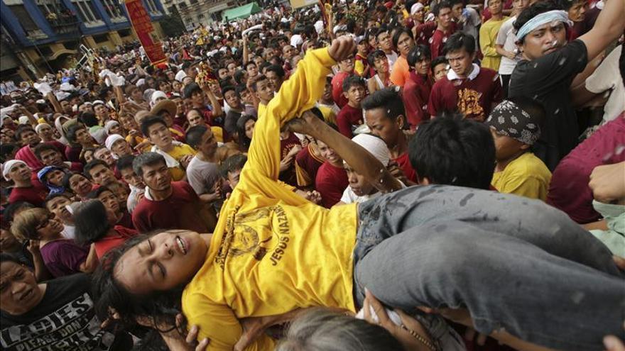 Millones de filipinos arropan al Nazareno Negro en su procesión por Manila