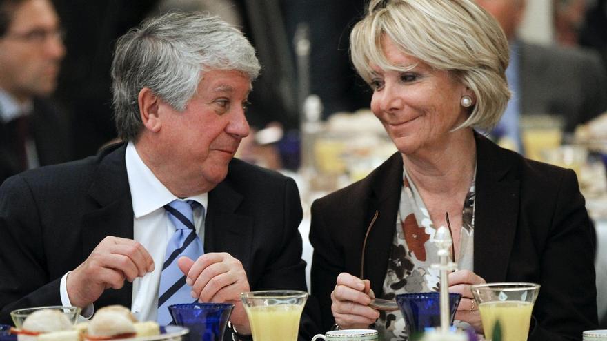 Esperanza Aguirre y el vicepresidente de la CEOE, Arturo Fernández, comparten desayuno en noviembre de 2013. Foto: Chema Moya/EFE.