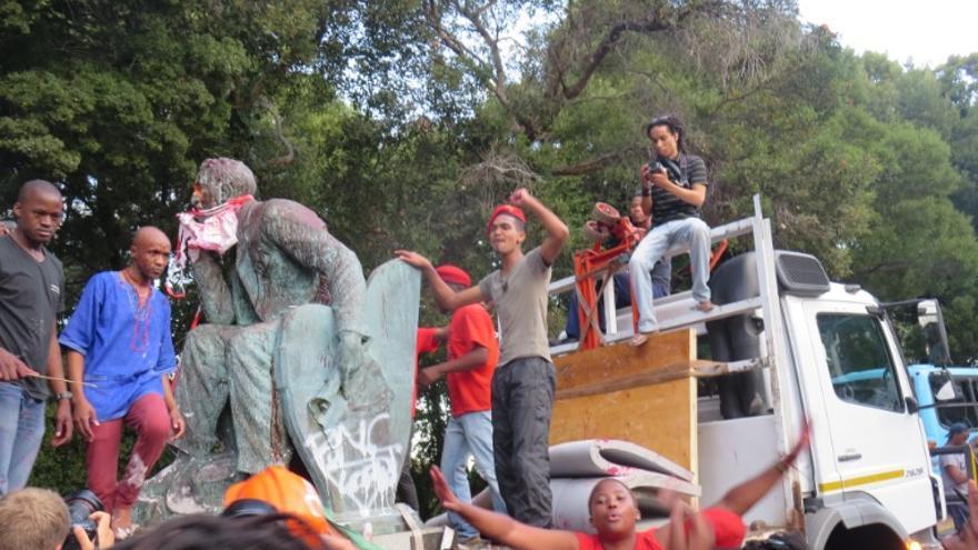 La estatua es retirada de la Universidad y trasladada a otro lugar/ Lalo García