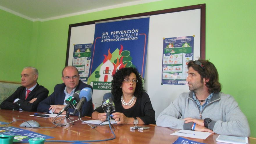 En la imagen, rueda de prensa, este viernes, de la campaña contra incendios. Foto: LUZ RODRÍGUEZ.