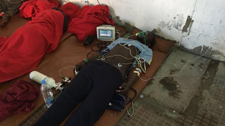 Un superviviente de una patera que naufragó en Canarias es atendido por Cruz Roja en la comisaría de Maspalomas