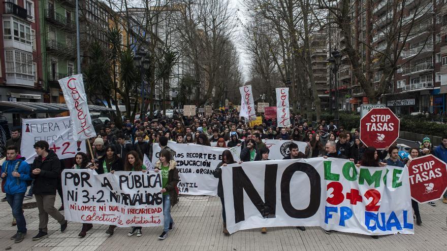 La manifestación estudiantil transcurrió por las calles del centro de Santander.   JOAQUÍN GÓMEZ SASTRE