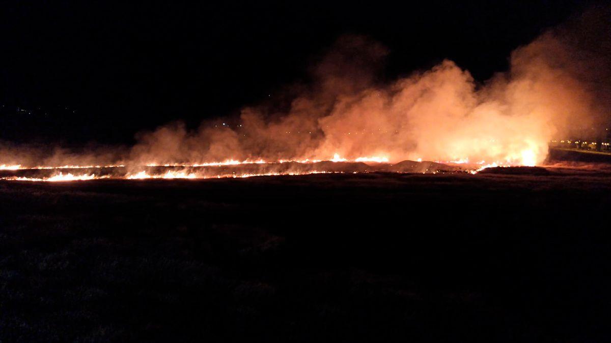 Imagen del último fuego de pastos junto a Miralbaida, tomada por los vecinos.