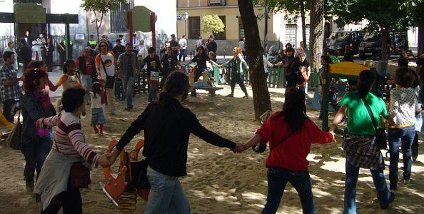 La protesta se limitó a realizar este corro y a cantar | Foto: A.P