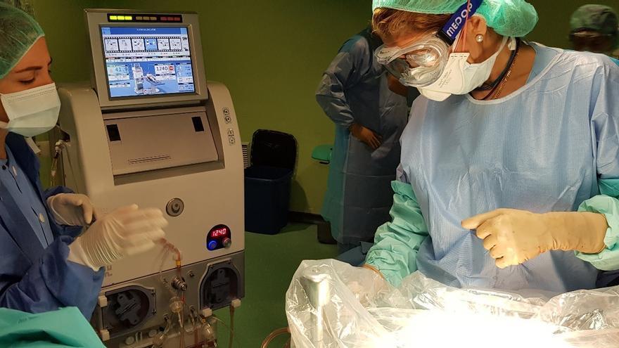 Máquina que controla la circulación de la quimioterapia en el interior del abdomen al finalizar la cirugía de extirpación de las lesiones