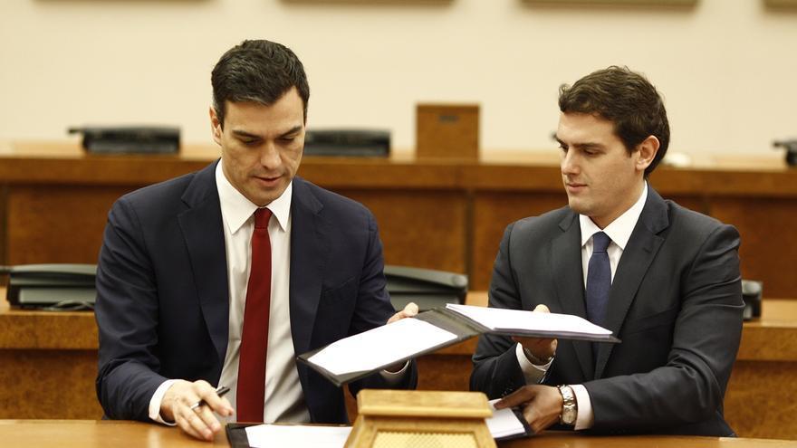 Sánchez y Rivera sellan su acuerdo ante la foto de los siete 'padres' de la Constitución