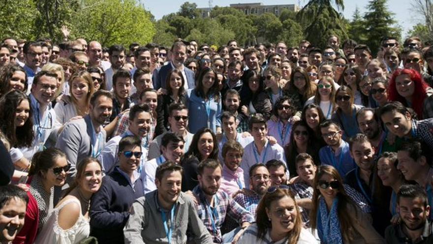 El presidente Rajoy con un grupo de miembros de Nuevas Generaciones