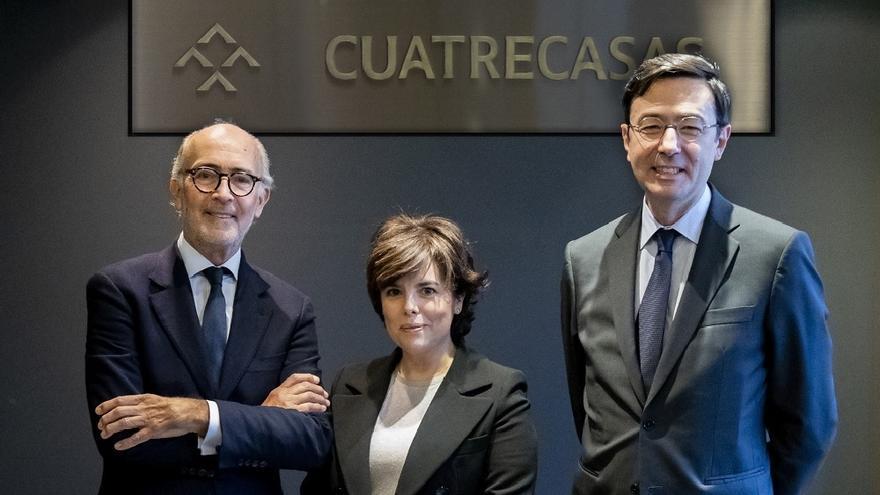 Sáenz de Santamaría, con el presidente de Cuatrecasas, Rafael Fontana, y su director general, Jorge Badía