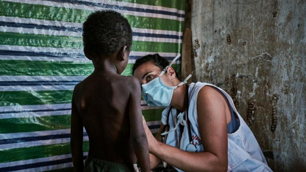 Fanny Taudière (29 años) atiende a un niño en la clínica móvil de Ranobe. Está cumpliendo su primera misión como médica de Médicos Sin Fronteras.