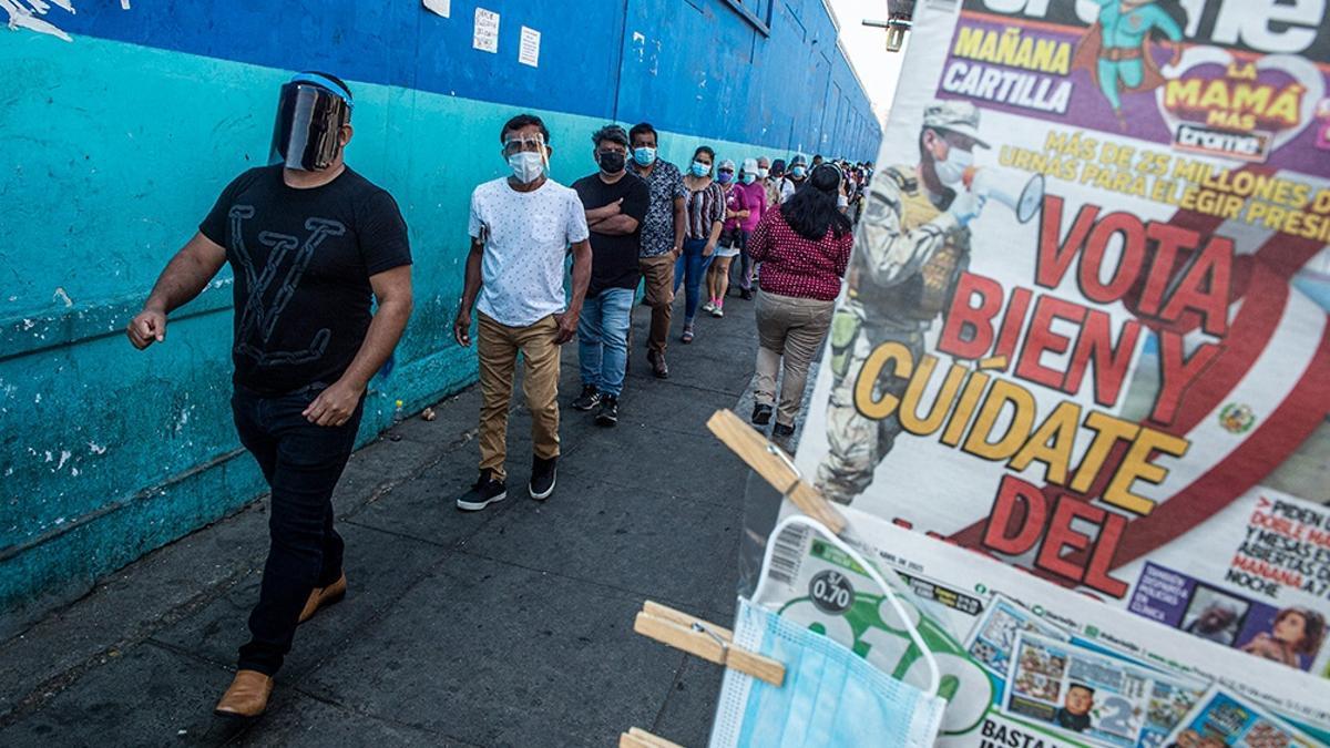 El día de las elecciones generales peruanas, en las calles de la capital Lima se confundían las filas de votantes con las de compradores de tubos de oxígeno en el mercado paralelo.